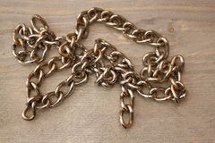 Metalu łańcuch na drewnianym stole Obraz Stock