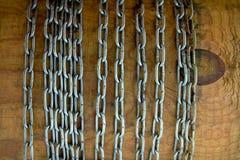 Metalu łańcuch na drewnianym tle Zdjęcia Stock