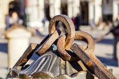 Metalu łańcuch z dużym pierścionkiem Zamyka w górę tekstury skalista powierzchnia z żelazo pierścionkiem na nim i łańcuchem Obrazy Royalty Free
