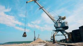 Metalu żuraw rusza się zdruzgotanych kamienie, pracuje przy dokami zbiory wideo