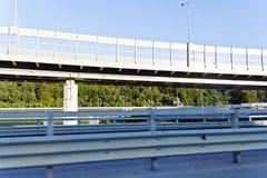 Metalu baldachimu autostrada nad szybkościowym poręczem obraz royalty free