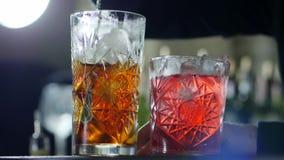 Metalu baru łyżkowe mieszanki zamrażają od whisky w szkle na unfocused tle zbiory wideo