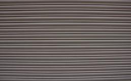 Metalu białe beżowe story z horyzontalnymi liniami zdjęcia stock