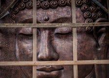 Metalu Buddha rzeźba z drewnem na przodzie ono Zdjęcia Royalty Free