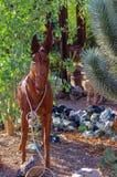Metalu Burro ogródu rzeźby pokaz w Nevada kaktusa pepinierze zdjęcie stock