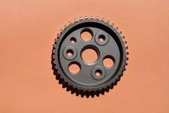 Metalu cogwheel na różowym tle obrazy stock