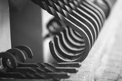 Metalu czerni ogrodzenie z złocistymi elementami zdjęcie royalty free