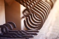 Metalu czerni ogrodzenie z złocistymi elementami fotografia stock