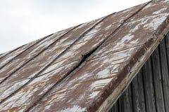 metalu dach, tam jest dziura w nim, płynąć ja potrzebuje naprawę zdjęcia stock