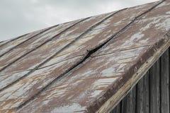 metalu dach, tam jest dziura w nim, płynąć ja potrzebuje naprawę obrazy stock