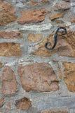 Metalu dopasowanie na kamiennej ścianie Zdjęcia Stock