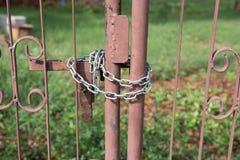 Metalu drzwi blokujący z łańcuchem Fotografia Stock