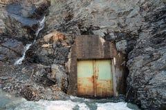 Metalu drzwi w skale z siklawą Zdjęcia Stock