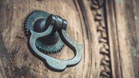Metalu drzwiowy knocker na drewnianym drzwi obraz stock