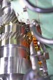 Metalu dyszel Czyści błyszczącą powierzchnię, ciąć zębów splines głębokość pola płytki Zakończenie olej Obraz Stock
