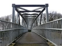 Metalu footbridge nad M25 autostradą, Chorleywood zdjęcia stock