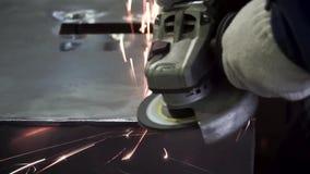 Metalu froterowanie z ręki sander z polerowniczym dyskiem klamerka Pracownik fabryczny przy warsztatowym szlifierskim stalowym pr zbiory