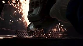Metalu froterowanie z ręki sander z polerowniczym dyskiem klamerka Pracownik fabryczny przy warsztatowym szlifierskim stalowym pr zbiory wideo