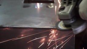 Metalu froterowanie z ręki sander z polerowniczym dyskiem klamerka Pracownik fabryczny przy warsztatowym szlifierskim stalowym pr zdjęcie wideo