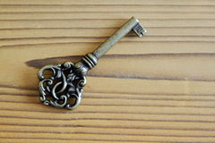 Metalu klucz na drewnianym tle w antykwarskim spojrzeniu Fotografia Royalty Free