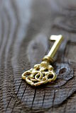 Metalu klucz na drewnianym tle w antykwarskim spojrzeniu Zdjęcia Stock