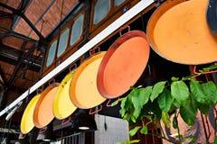 Metalu koloru naczynia dla paella na sprzedaży w rynku Zdjęcie Royalty Free