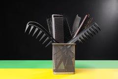 Metalu kosz z hairbrushes Zdjęcie Royalty Free
