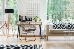Metalu krzesło w żywym pokoju zdjęcia royalty free