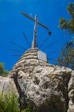 Metalu krzyż na górze skał Zdjęcie Royalty Free