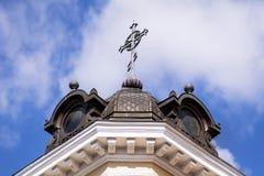 Metalu krzyż na dachu antykwarski kamienny budynek Obraz Stock