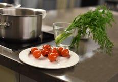 Metalu kuchennego stołu powierzchnia z warzywami przygotowywał dla gotować i metalu rondla Zdjęcie Royalty Free