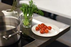 Metalu kuchennego stołu powierzchnia z warzywami przygotowywał dla gotować i metalu rondla Obrazy Royalty Free