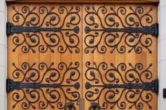 Metalu kwiecisty deseniowy ornament na drewnianych drzwiach zdjęcie stock