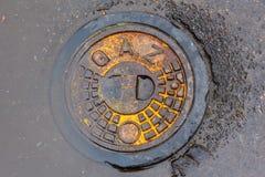 Metalu manhole pokrywa z x22 & inskrypcją; Gas& x22; rurociąg Zdjęcia Royalty Free