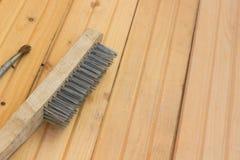 Metalu muśnięcie dla naprawy na drewnianej podłoga Zdjęcie Royalty Free