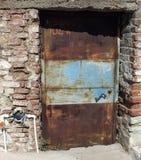 Metalu ośniedziały stary drzwi Obrazy Stock