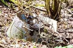 Metalu odpady w drewnach Fotografia Royalty Free