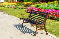 Metalu ogrodowy krzesło na ogródzie Zdjęcia Royalty Free