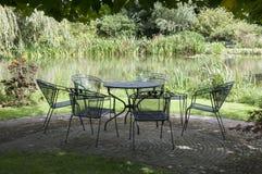 Metalu ogrodowy meble przy wodą Obraz Stock