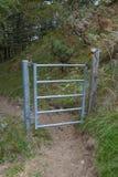 Metalu ogrodzenia brama w górze obrazy stock