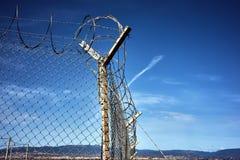 Metalu ogrodzenie na niebieskim niebie z chmurami Zdjęcia Stock