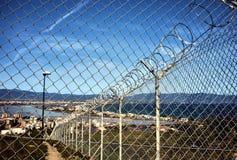 Metalu ogrodzenie na niebieskim niebie z cluods Fotografia Royalty Free