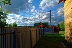 Metalu ogrodzenie w ogródzie w lecie Obrazy Royalty Free
