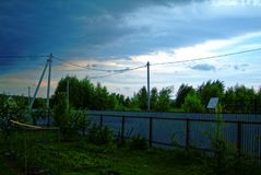 Metalu ogrodzenie w ogródzie w lecie Zdjęcie Royalty Free