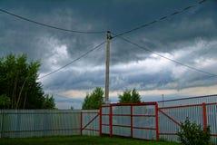 Metalu ogrodzenie w ogródzie w lecie Zdjęcia Royalty Free