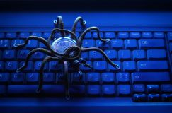 Metalu pająk na komputerowej klawiaturze, wirus, temat informati fotografia royalty free