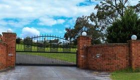 Metalu podjazdu bramy wejściowy set w cegły ogrodzeniu Zdjęcie Stock