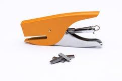 Metalu pomarańczowy biurowy zszywacz z metal zszywką dla biura w whit Fotografia Stock