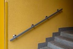 Metalu poręcz na żółtej ścianie Zdjęcie Stock