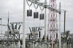 Metalu przekazu linia z składnikami elektryczna sieć system władzy wyposażenie dla przekazu zdjęcia stock